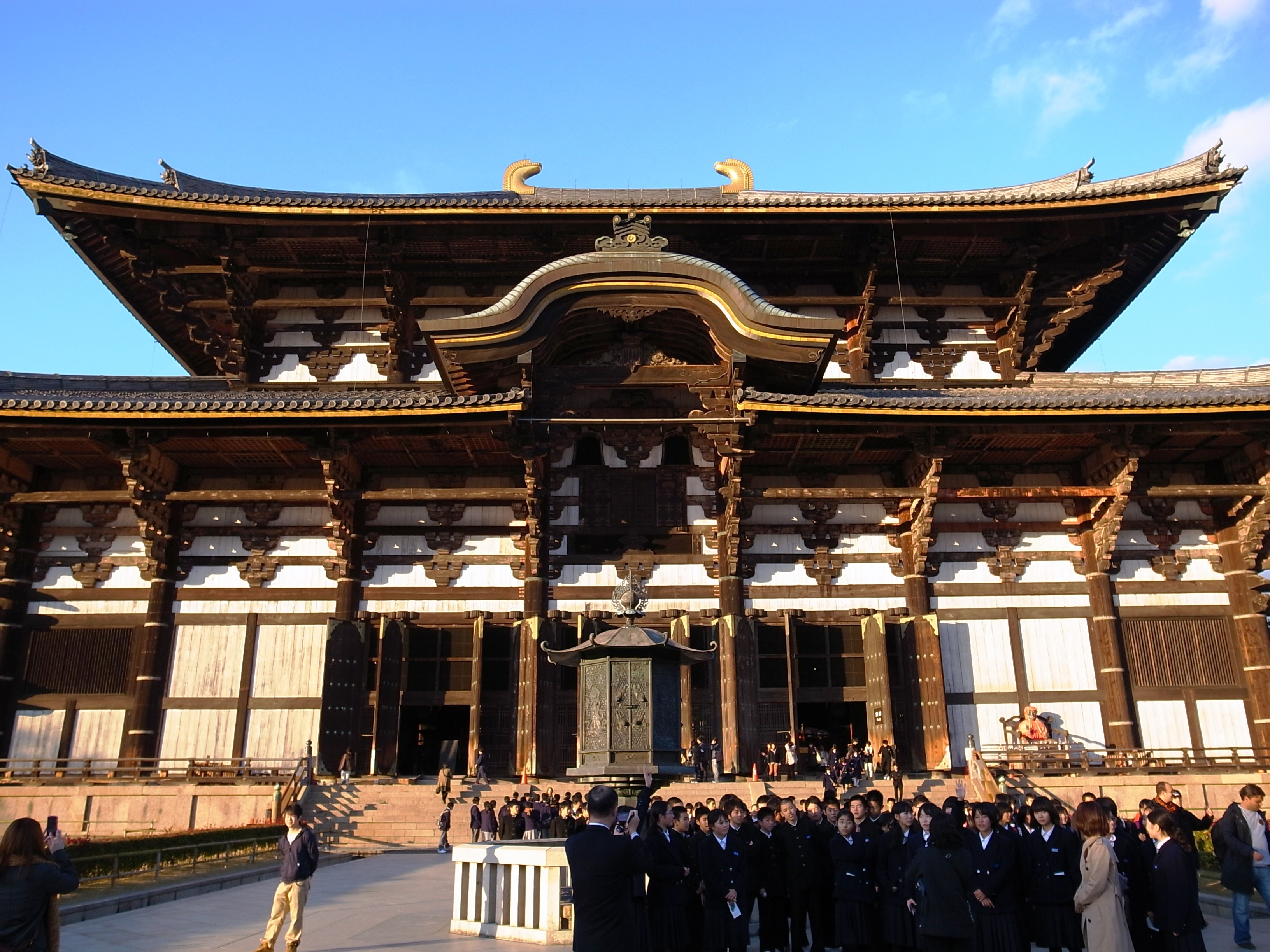 Todai-ji (東大寺) The Largest wooden building in the world.