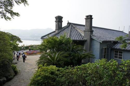The Glover Mansion, whose former owner Thomas Blake Glover contributed to Japan's modernization in the 19th century, is still standing on a high point commanding the harbor of Nagasaki.