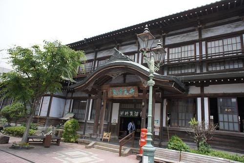 'Takegawara-onsen' located in the heart of Beppu City, Oita Prefecture, is a municipal bathhouse where a 'sunaburo' hot sand bath can be enjoyed.