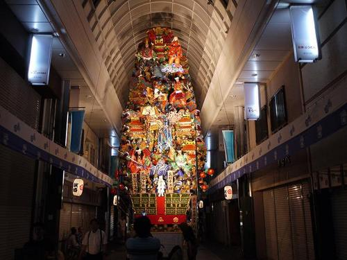 'Hakata gion yamakasa' is a summer festival of 'Kushida Shrine' in Fukuoka City, Kyushu, whose 'Oiyama' featuring a brave and lively finale attracts many visitors across the country.