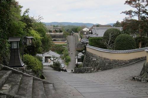 Kitsuki City, a typical castle town, in the northeastern part of the Kunisaki Peninsula, boasts unchanged townscape from the Edo period, featuring 'suya-no-saka' slope and 'kitadai-bukeyasiki-dori' street.
