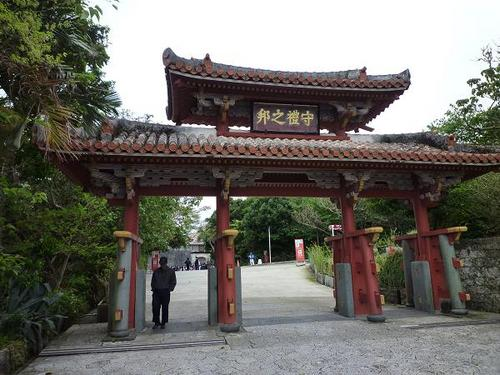 'Shurei-mon gate' is a wooden two-storied gate standing at the main entrance of 'Shurijo-castle' that's the largest castle in Okinawa Pref.