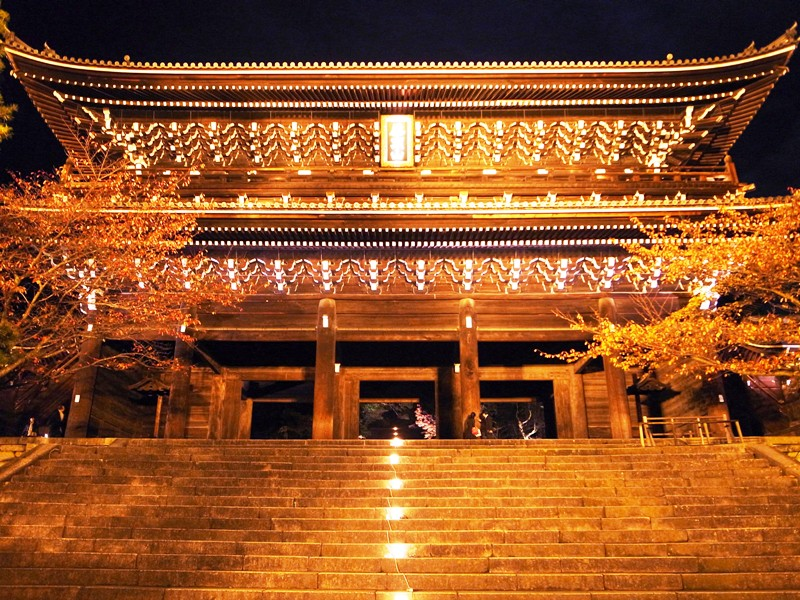 Kyoto Chionin(知恩院)is the head temple of most popular the Jodo sect. The Massibe Sanmon Gate is must see!