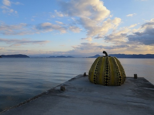 Tadao Ando and Yayoi Kusama, both of them are known all over the world, can be appreciated on Naoshima at the same time.
