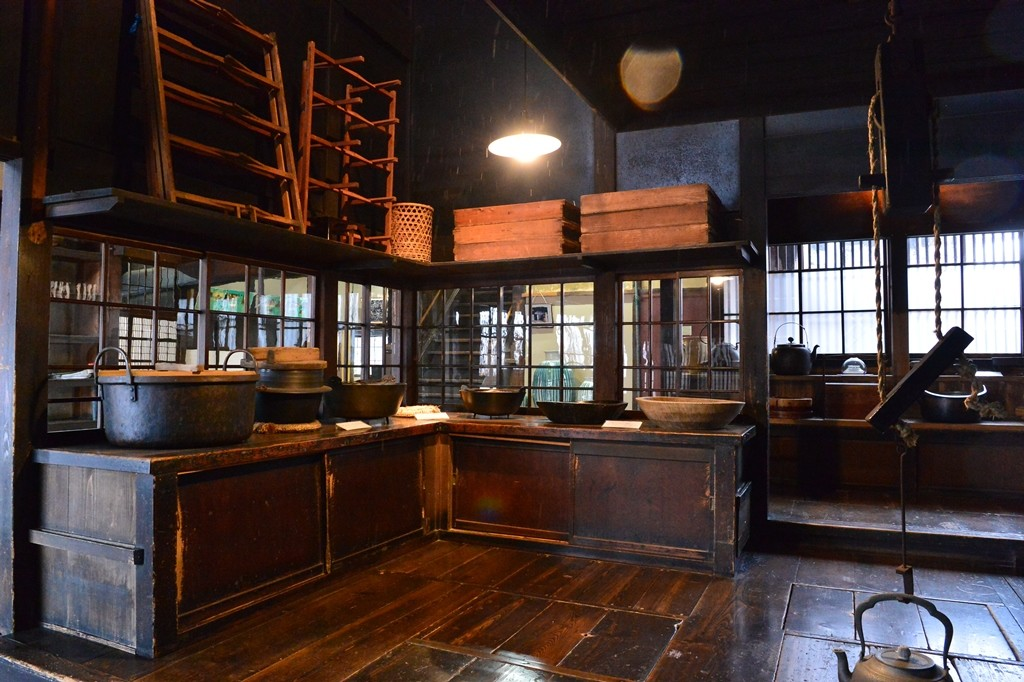 The size of the kitchen is 70 tsubo(231 square metar) . In the west end of the kitchen there is a huge stone hearth where the meals were cooked.
