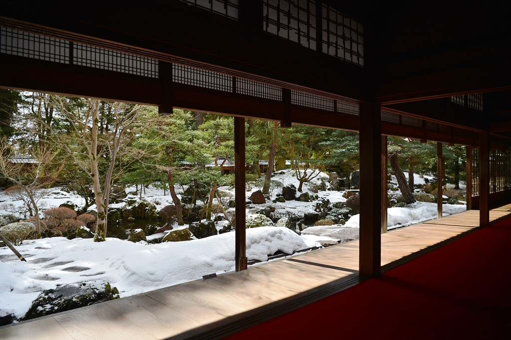 "The landscape garden lies to the south of the main drawing room. It is a ""walking"" garden laid out in the traditional style of the Kamakura and Muromachi periods(11th - 13th century)."